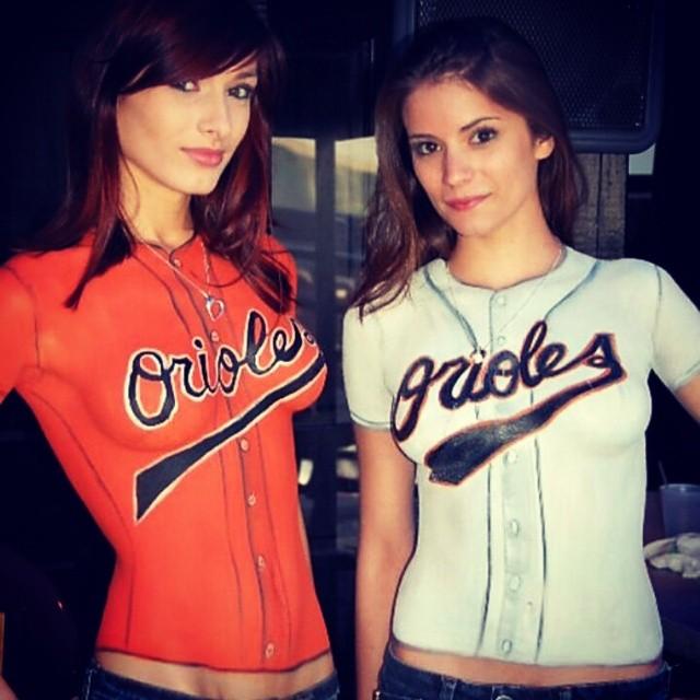 लड़कियों के कपड़े रंगे जाते हैं